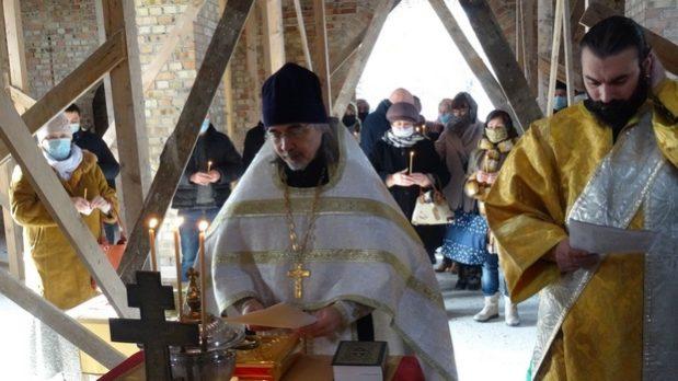 Чин великого освящения воды совершен в Хевизе в стенах строящегося православного храма