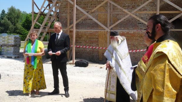 Выступление мэра города Хевиз на церемонии установки креста на храм